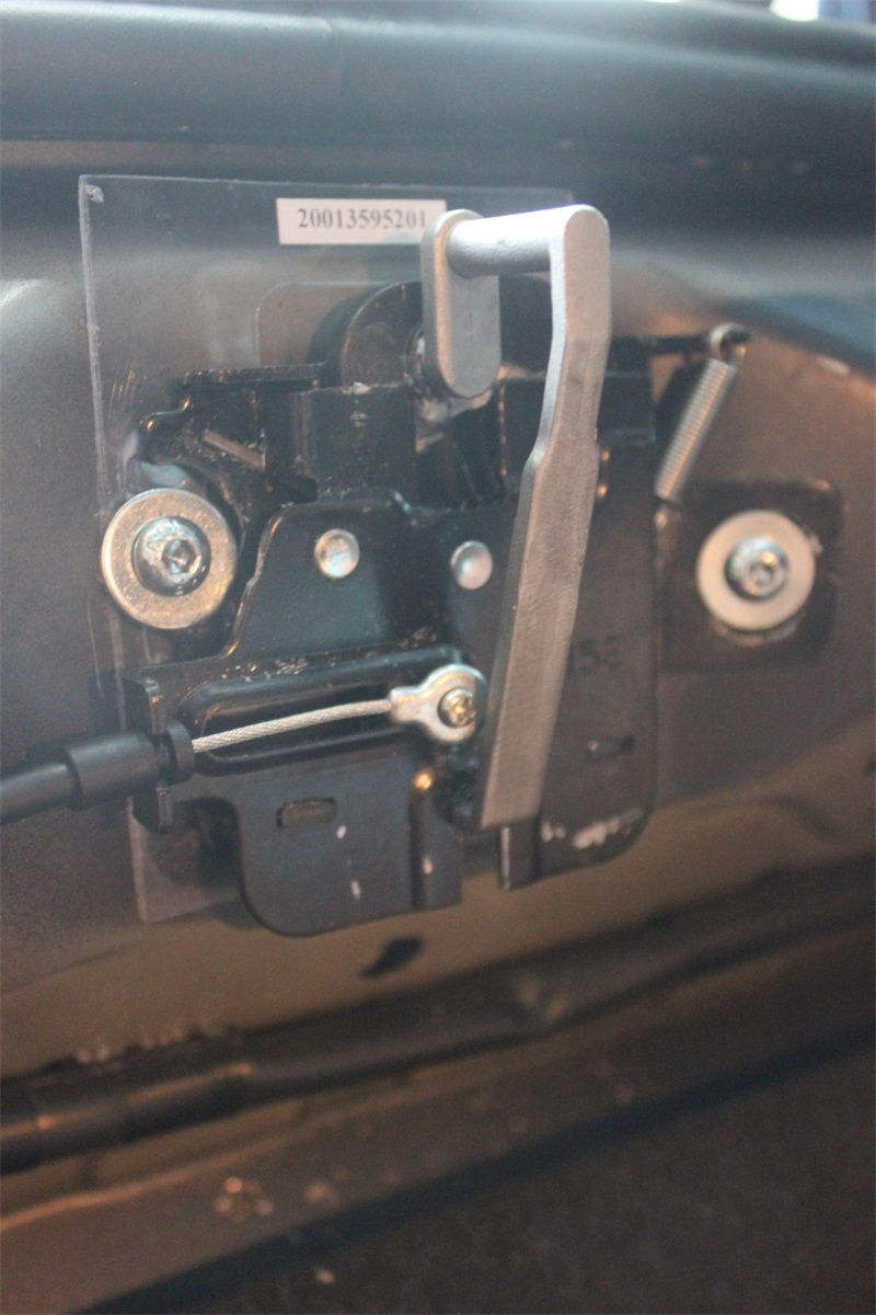 京车汇改装宝马电动尾门,让您的生活更加高大上 这是后备箱后边的锁